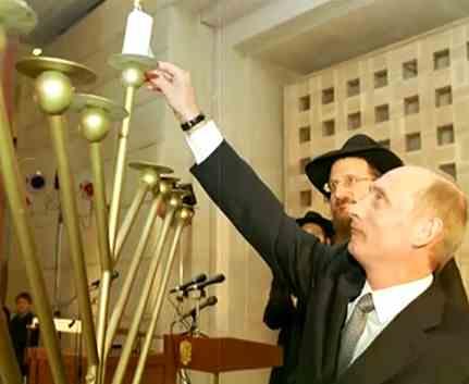 Путин зажигает свечу на меноре