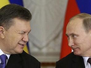 Путин смотрит как Янукович подмаргивает
