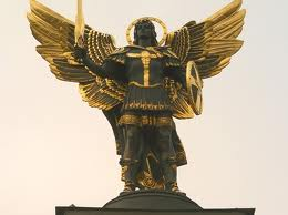 Черный Ангел на майдане резалежности в Киеве