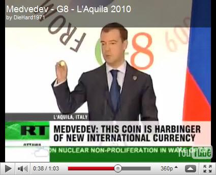 """Дмитрий Медведев, на Ж8, демонстрирует монету """"Объединенной Будущей Мировой Валюты"""""""