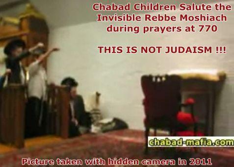 Хабадские дети отдают нацистский салют невидимому Ребе Мошиаху во время молитвы