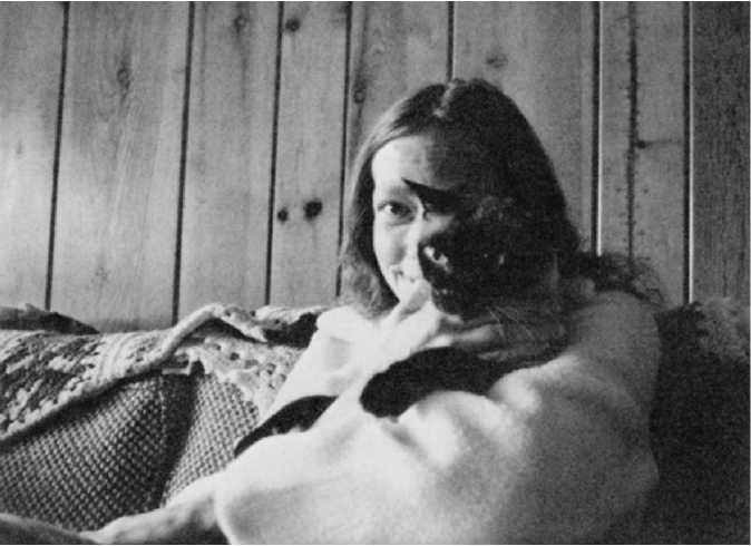 Материал Ра. Закон Единого. Книга 1. Карла держит на руках нашего многолетнего друга, тринадцатилетнего кота Гандольфа. 26 июня 1982 года.