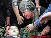 Беслан, 2004 г. - плачащая мать и ее убитый сын