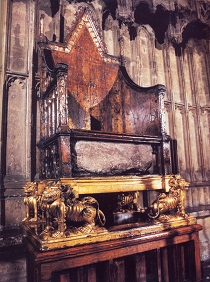 Трон королевы Англии, на котором происходят все коронации, с камнем Якова под ним