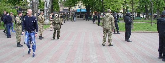 Возле Соборной площади в Одессе были припаркованы три огромных новеньких машины для перевозки этих боевиков, каждая из которых вмещала порядка 60 плотно упакованных солдат.