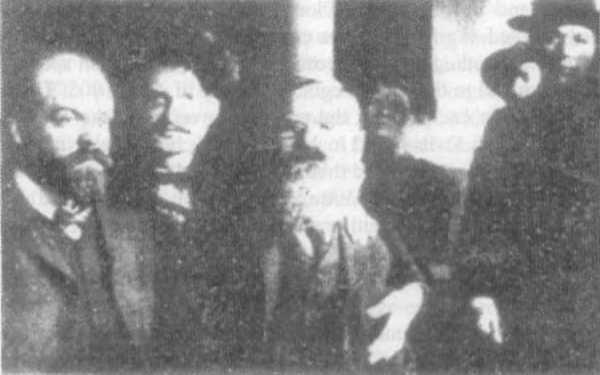 Лидеры революции 1905 года. Слева направо: Александр Парвус, Троцкий и Леон Дойч [Deutsch] с другими еврейскими заговорщиками. Эта фотография была государственной тайной