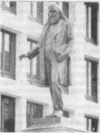 Памятник Альберту Пайку на судебной площади в центре Вашингтона